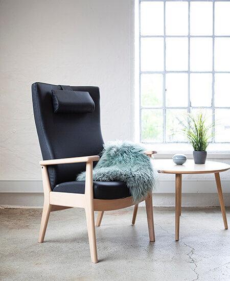 Plus 5900, sort lænestol med bøgestel i lyst miljø