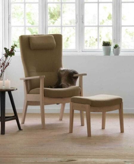 Edge 7900, lænestol med egetræsstel i lyse omgivelser