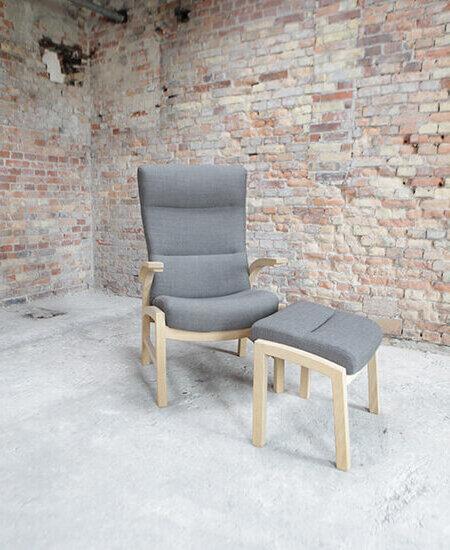 Cantate 6000, grå lænestol med egetræsstel og tilhørende skammel