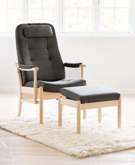 Casa 5197, grå lænestol med tilhørende skammel i lyse omgivelser