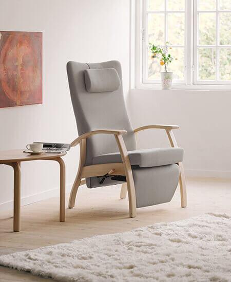 Home-line 6211, grå funktionsstol med bøgetræsstel i lyst miljø