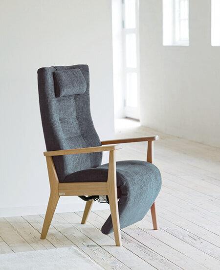 Plus 5060, grå lænestol, med indbygget lang fodhviler i lyst miljø