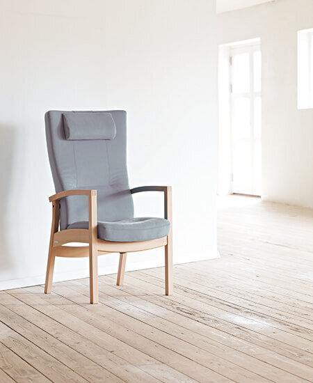 Scala 5411, grå lænestole i lyst lokale med plankegulve