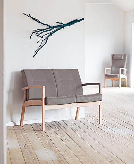 Scala 5412, Grå 2. personers sofa med stel i bøgetræ