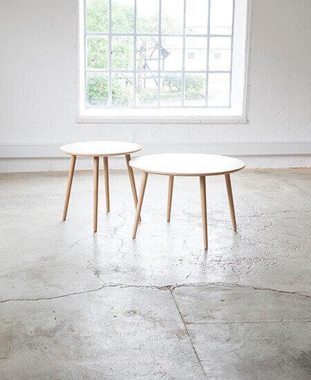 Sofabord 3800, i to størrelser med bordplade i hvid laminat og bordben i egetræ, stående i lyst miljø