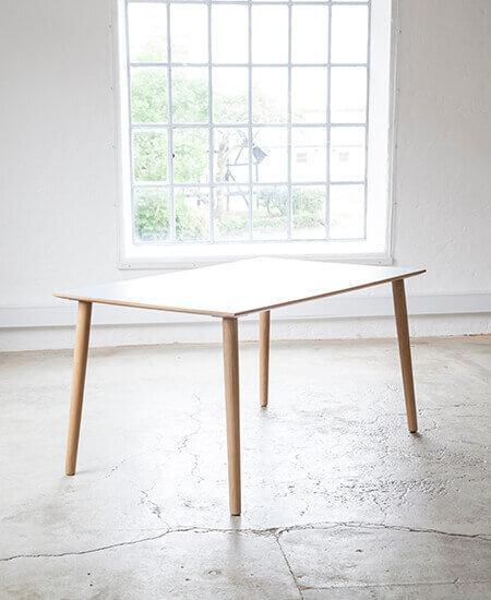Spisebord 3800, spisebord med hvid laminat og egetræsben i lyst miljø