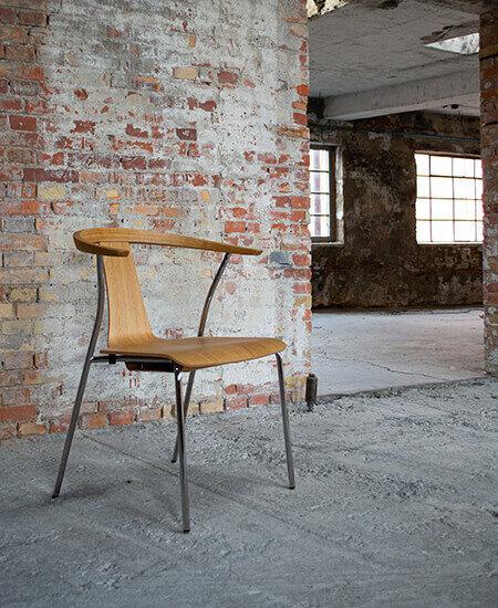 Stag-S, spisebordsstol i egetræ med chrome ben, stående i råt miljø