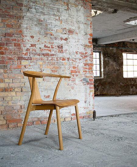 Stag-W, spisebordsstol i egetræ, stående i råt miljø