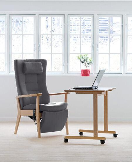 Plus 5080, grå Funktionsstol med indbygget fodhviler i lyst miljø