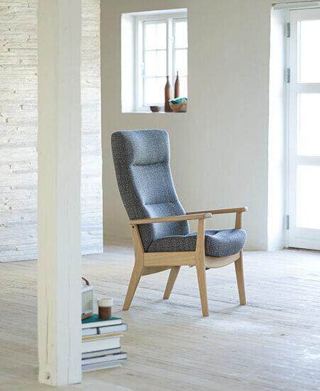Plus 5970, grå lænestol med bøgestel i lyst miljø